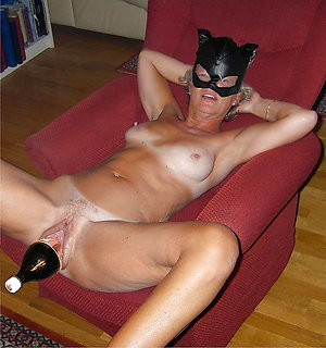 Porn pics of sexy mature masturbating
