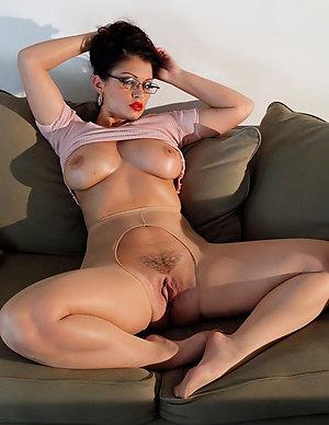 Sexy brunette milf amateur porn pics