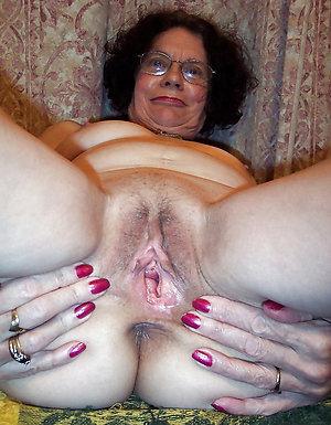 Pretty mature spread pussy pics
