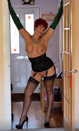 Classy mature hot wife posing nude