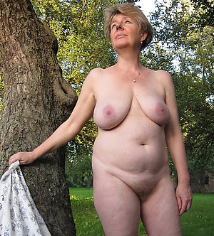 Naughty mature wife pussy posing nude