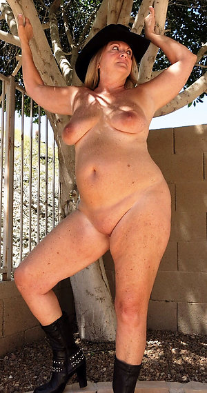 Real sexy outdoor women nude pics
