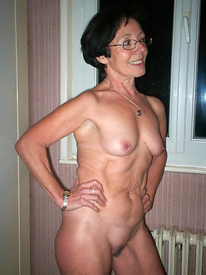 Pretty nude mature housewife