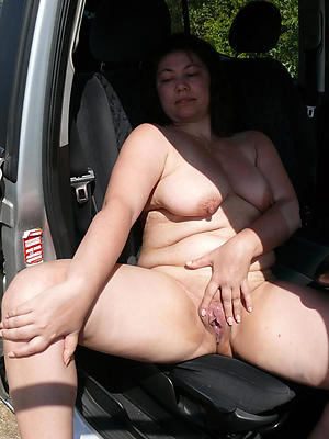 Naked hot full-grown in car