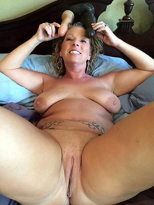 Pretty women shaving pussy photos