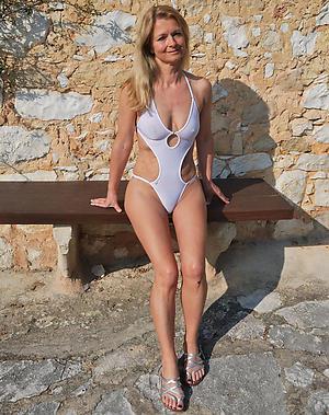 Wet pussy mature bikini photos