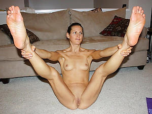 Wet pussy skinny mature solo