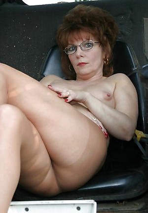 Second-rate naked mature in glasses