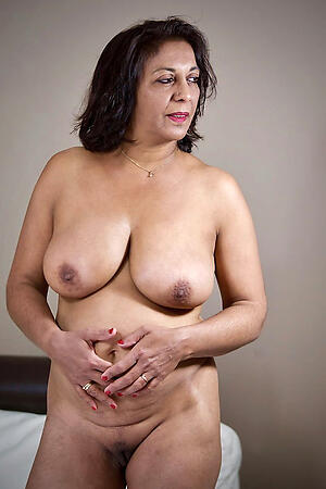 Off colour mature indian pussy porn pics