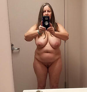 Gorgeous undress mature selfshot
