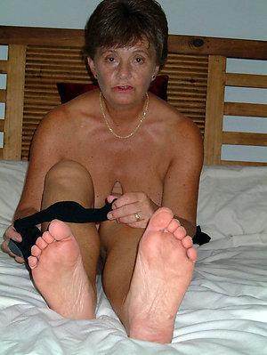 Pretty sexy mature slut feet