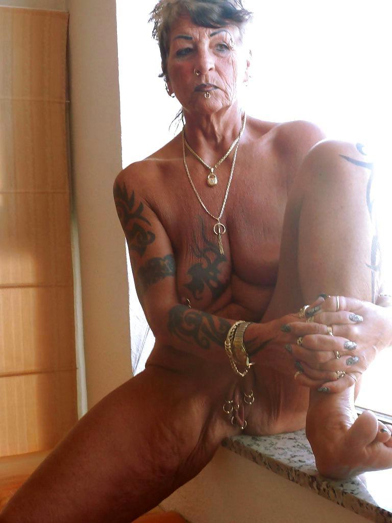 Busty tattooed sexy women pics